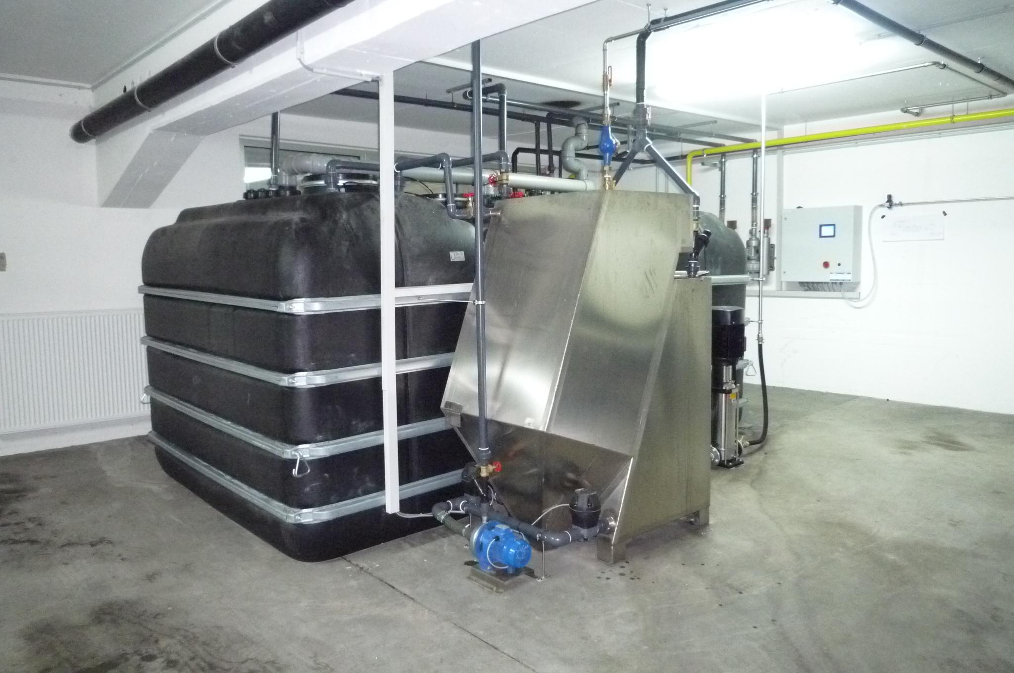 BioClassic System 4,5m<sup>3</sup>/h — Mit oberirdischen Behandlungsstufen in einem Autohaus